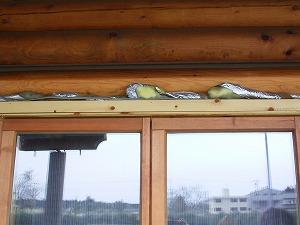 窓の上部の隙間に入れられたグラスウール