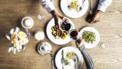 食事が楽しくなる木製のテーブル