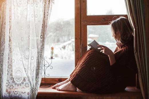 出窓で何かしませんか? 本を読む女性