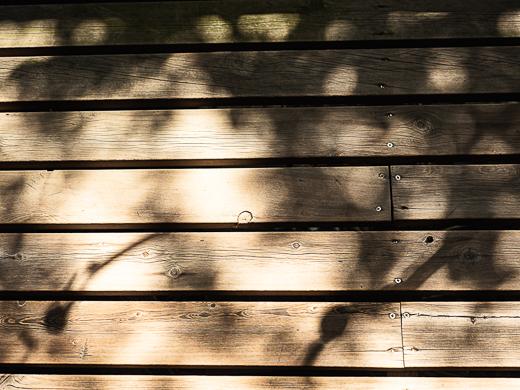 ウッドデッキにうつった風鈴の影